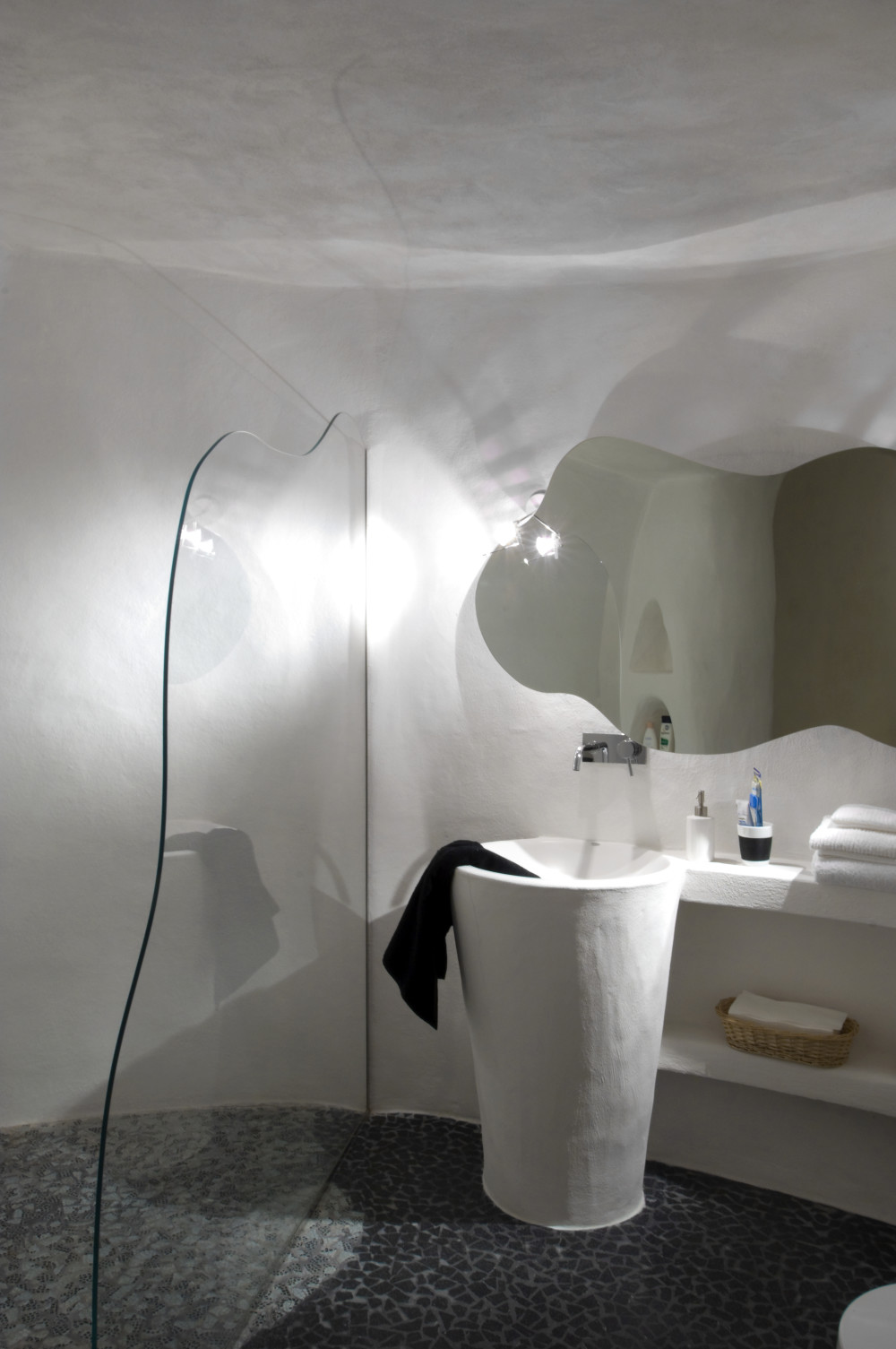 Bagno in grotta su design del proprietario.